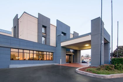Exterior | Holiday Inn Express Hotel & Suites Spence Lane