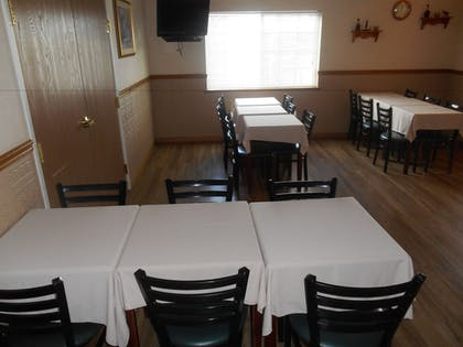 Breakfast Area | Fairbridge Inn & Suites, Miles City
