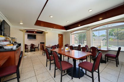 Breakfast Area | Comfort Suites Oceanside Camp Pendleton Area