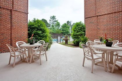 Outdoor Dining | Holiday Inn Express Hotel & Stes Columbia I-20 at Clemson Rd