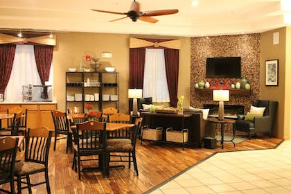 Lobby Lounge | Best Western Plus Des Moines West Inn & Suites