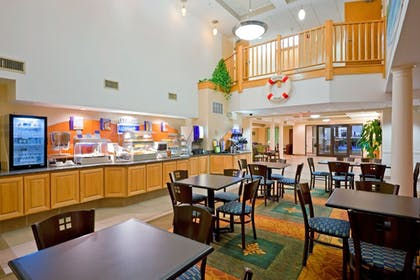 Restaurant | Holiday Inn Express Hotel & Suites Carneys Point