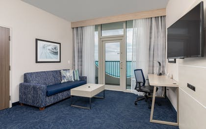 Living Room | Holiday Inn Express Pensacola Beach
