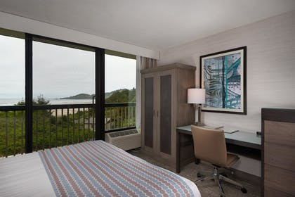 Guestroom | Best Western Plus Agate Beach Inn