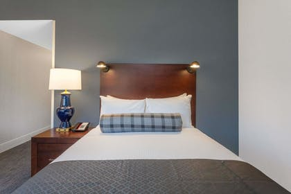 Guestroom | Wyndham Hamilton Park Hotel and Conference Center