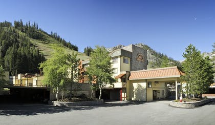 Hotel Entrance | Red Wolf Lodge At Squaw Valley