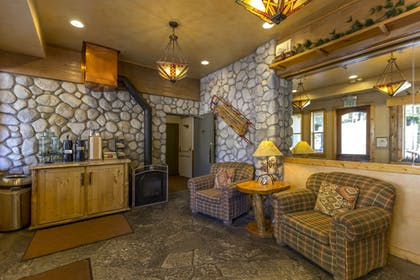 Lobby Sitting Area | Red Wolf Lodge At Squaw Valley