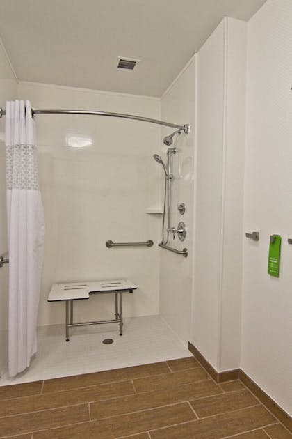 Bathroom Shower | Hampton Inn & Suites Chillicothe