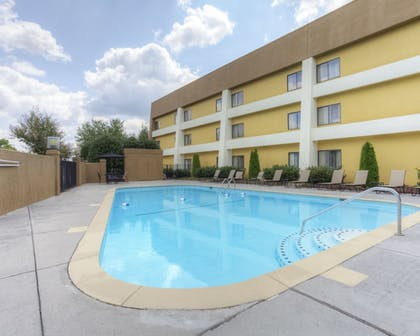 Outdoor Pool | Clarion Inn & Suites West Knoxville