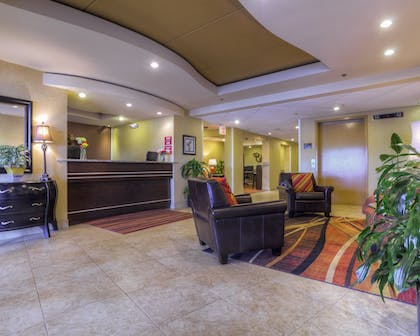 Lobby Sitting Area | Clarion Inn & Suites West Knoxville