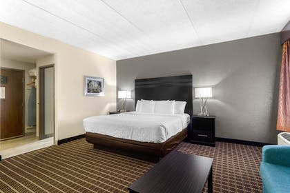 Guestroom | Clarion Inn & Suites West Knoxville