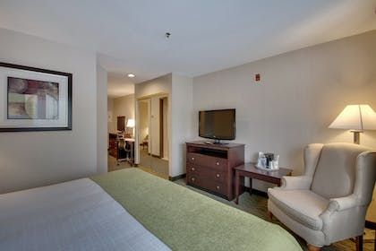 Guestroom | Best Western Plus The Inn at Hampton