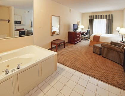 Guestroom | Holiday Inn Express Hotel & Suites Camden