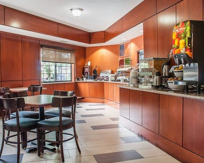 Breakfast Area | Comfort Inn And Suites Hamburg