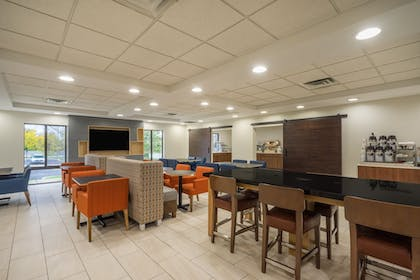 Restaurant | Holiday Inn Express Hotel & Suites Louisville East
