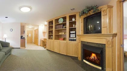 Living Room | Holiday Inn Express Hotel & Suites Idaho Falls