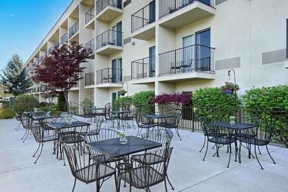 Outdoor Dining | Oxford Suites Yakima