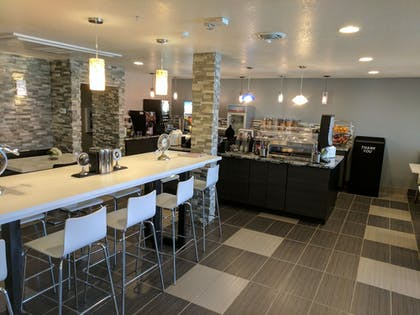 Breakfast Area | Baymon Inn & Suites Iowa City-Coralville
