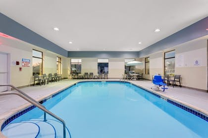 Pool | Baymon Inn & Suites Iowa City-Coralville