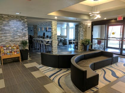 Lobby Sitting Area | Baymon Inn & Suites Iowa City-Coralville