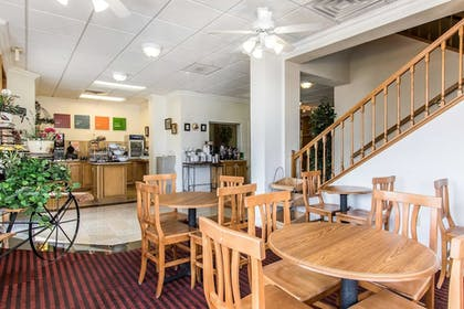 Breakfast Area | Comfort Inn at Northwest Expressway