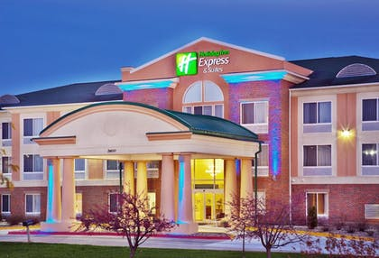 Hotel Front - Evening/Night | Holiday Inn Express & Suites Ames