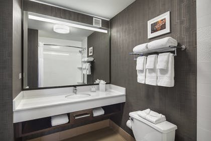 Guestroom | Fairfield Inn & Suites Chicago Downtown / Magnificent Mile