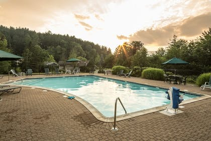 Outdoor Pool | Golden Eagle Resort