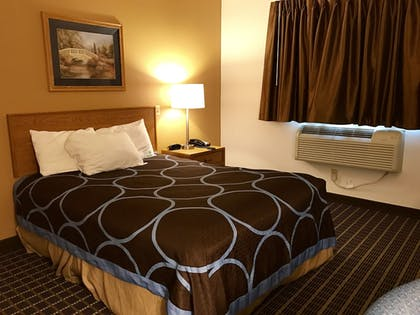Guestroom | Quincy Inn and Suites