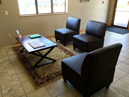 Lobby Sitting Area | Quincy Inn and Suites