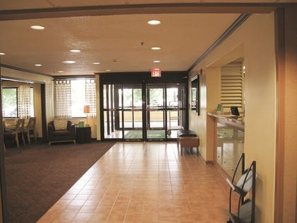 Lobby | La Quinta Inn & Suites by Wyndham Chicago Tinley Park