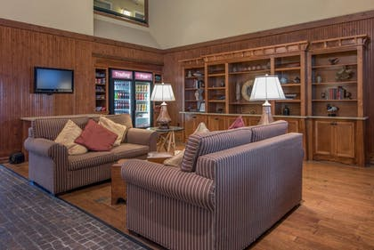 Lobby Sitting Area | Cabot Lodge Jackson North - a Red Lion Hotel