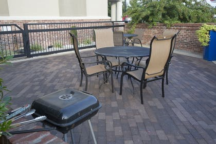 BBQ/Picnic Area | Holiday Inn Express New Albany