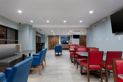 Breakfast Area | Holiday Inn Express and Suites Atlanta Downtown