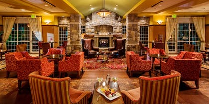 Hotel Lounge   Chateau On The Lake Resort Spa and Convention Center