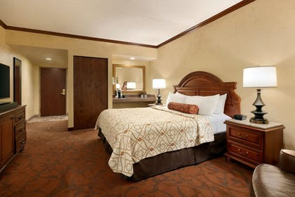 Room   Chateau On The Lake Resort Spa and Convention Center