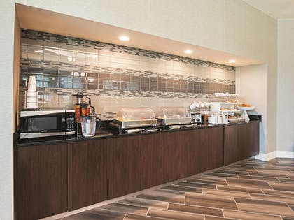 Breakfast Area | La Quinta Inn & Suites by Wyndham Fort Worth City View