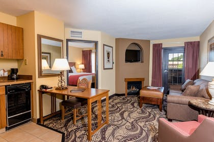 Living Area | MCM Elegante Lodge & Suites Ruidoso