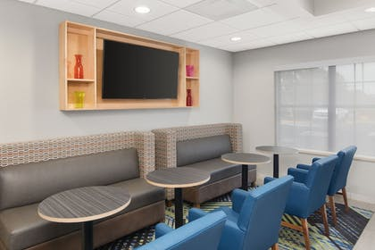 Restaurant | Holiday Inn Express & Suites Byron