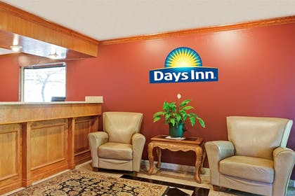 Lobby | Days Inn & Suites by Wyndham Monroe