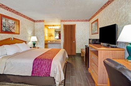 Guestroom | Days Inn & Suites by Wyndham Monroe