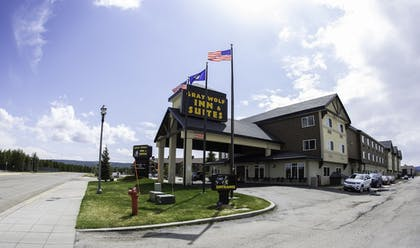 Hotel Front | Gray Wolf Inn & Suites