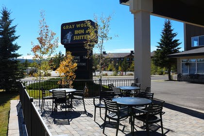 Outdoor Dining | Gray Wolf Inn & Suites