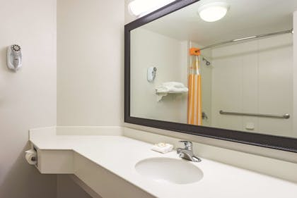 Bathroom | La Quinta Inn & Suites by Wyndham St. Louis Westport