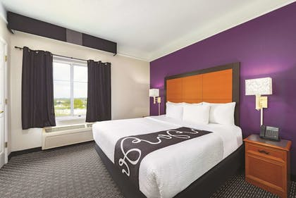 Guestroom | La Quinta Inn & Suites by Wyndham St. Louis Westport