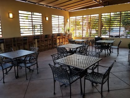 Outdoor Dining | Quality Inn & Suites Anaheim Maingate