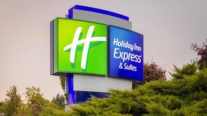 Hotel Front - Evening/Night | Holiday Inn Express & Suites Hood River