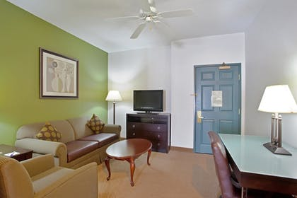 Living Room | Holiday Inn Express Hotel & Suites Chicago-Deerfield/Lincoln