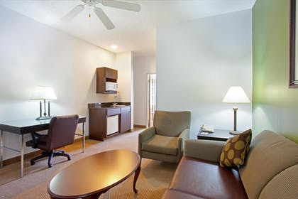 Living Area | Holiday Inn Express Hotel & Suites Chicago-Deerfield/Lincoln