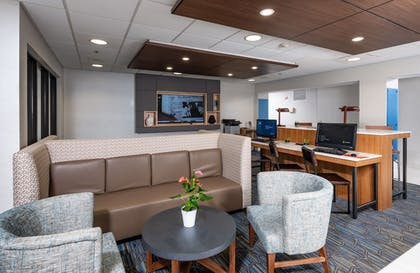 Lobby Sitting Area | Holiday Inn Express Middletown / Newport